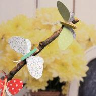 Schmetterlinge basteln aus Wäscheklammern und Tonpapier