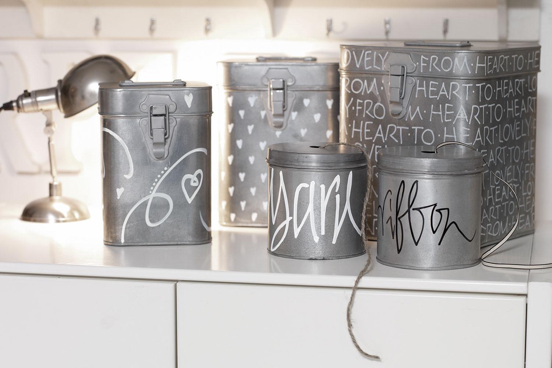 Blechdosen werden als DIY Deko mit Markern bemalt
