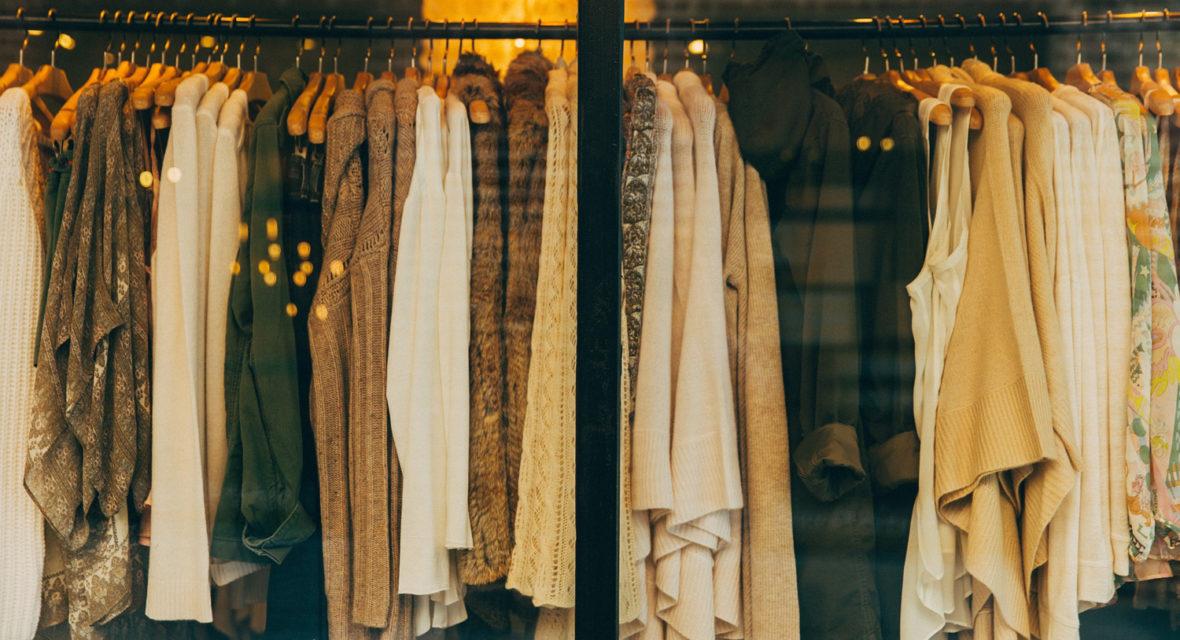 Klamotten hängen an der Stange.