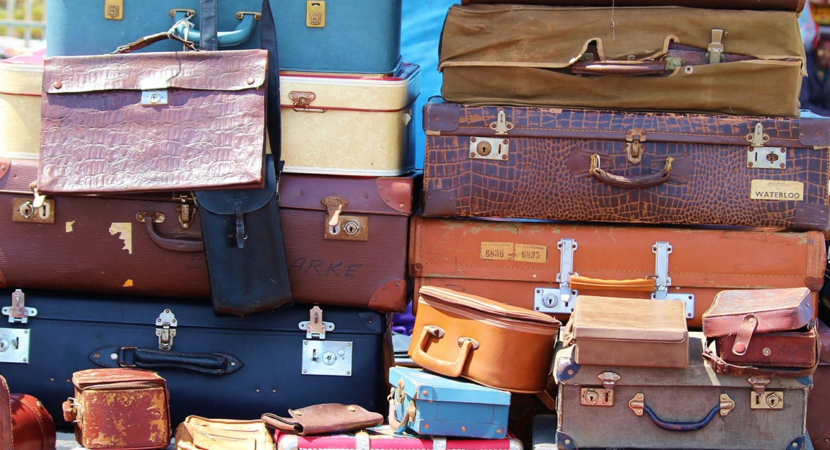 Koffer auf einem Stapel.