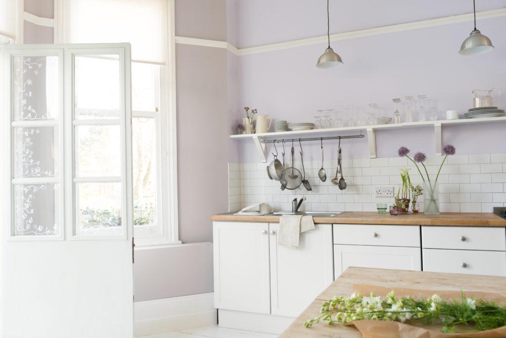 In Pastell-afrben eingerichtete Küche.
