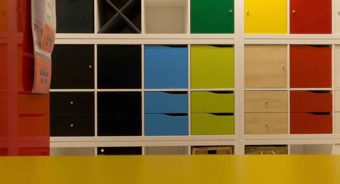 Regale im Ikea.