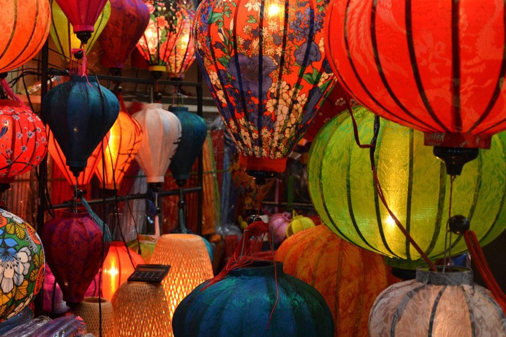 Orientalische Lampen hängen