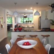 Esszimmer und Küche mit Deko an der Wand.