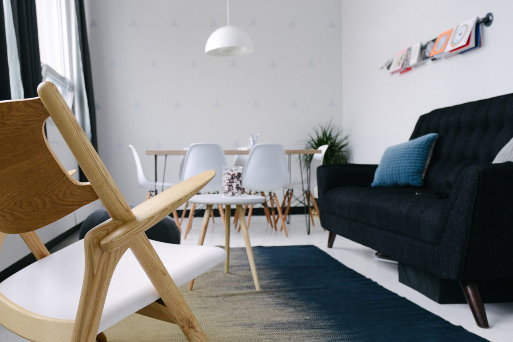 Modern eingerichtetes Wohnzimmer.