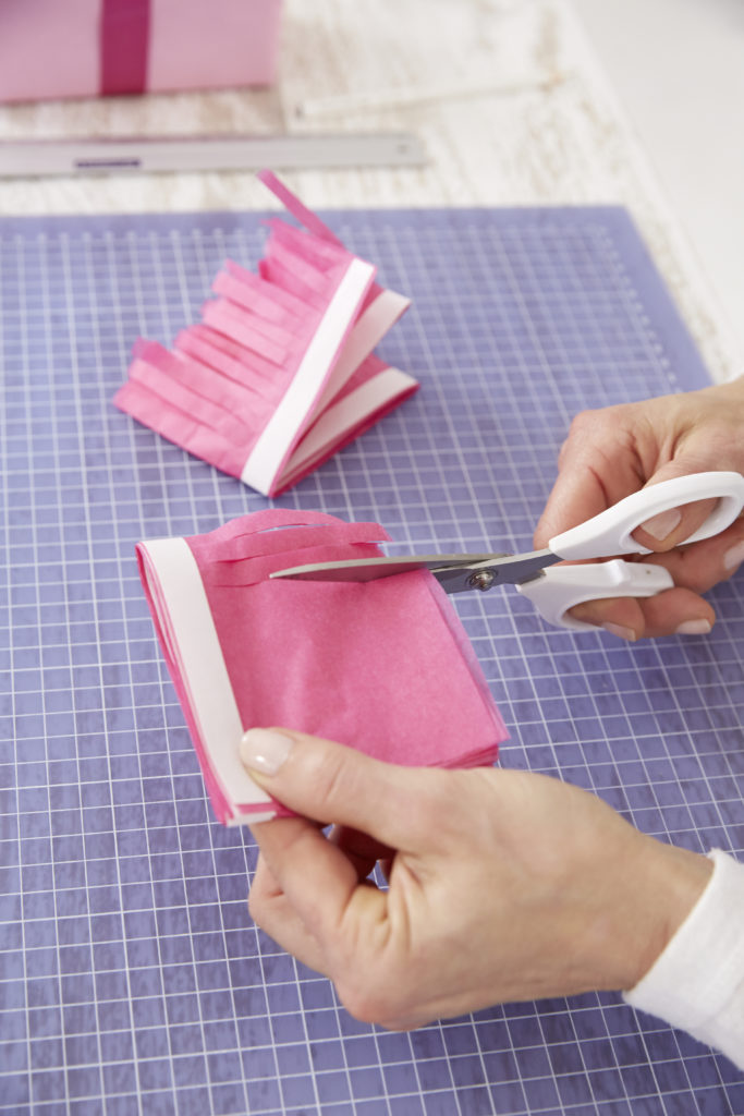 Pompons basteln: Papier einschneiden