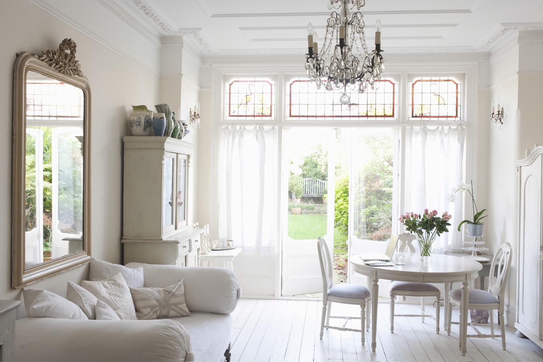 Kronleuchter Für Den Garten ~ 48715661 wohnzimmer weiß kronleuchter spiegel vintage schrank stühle