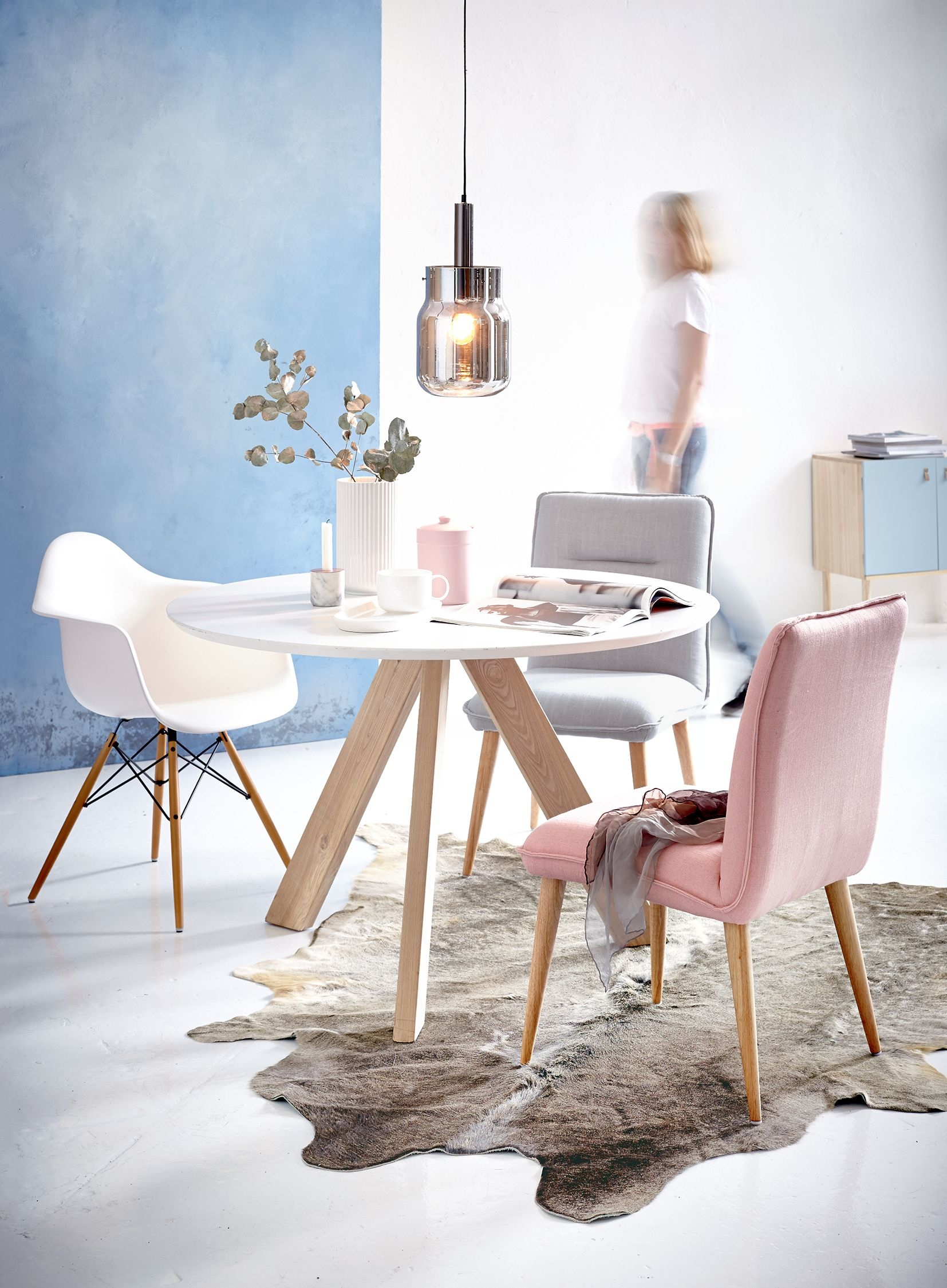 Sitzecke in Pastell-Tönen im skandinavischen Stil.