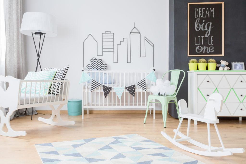 Schön eingerichtetes Babyzimmer für kleinen Jungen.