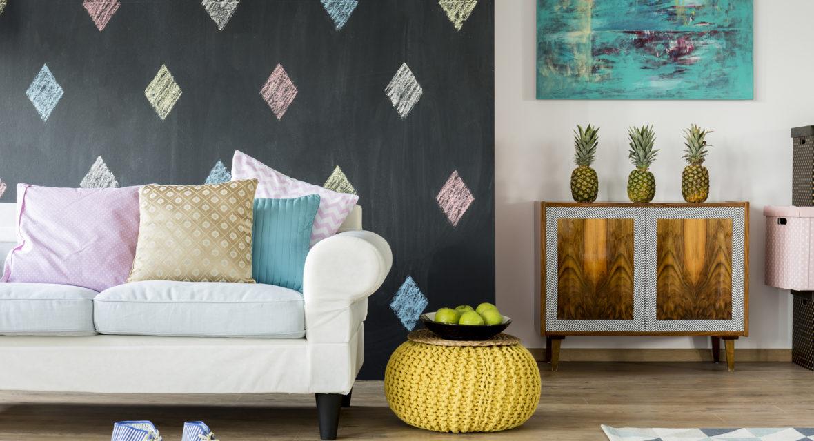 Tafelfarbe an der Wohnzimemrwand ist ein Hingucker.