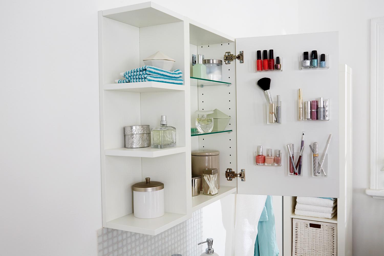 Offener BAdezimmer Schrank mit vielen Beauty Produkten.
