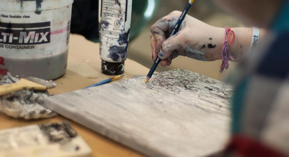 Mit Farbe auf Holz malen.