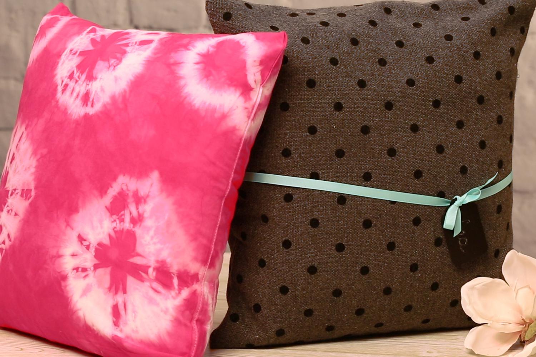 Batik Kissenhülle auf Ablage.