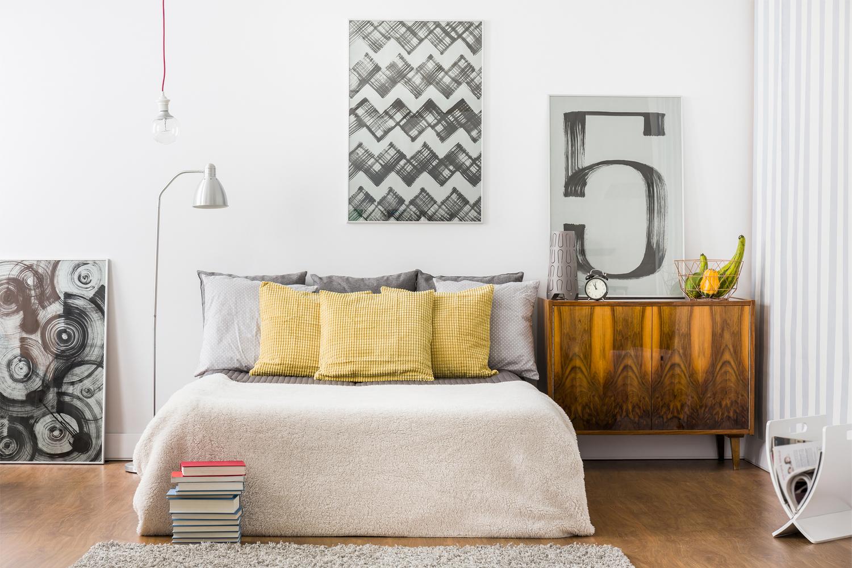 Modern eingerichtetes Schlafzimmer mit Bildern an der Wand.