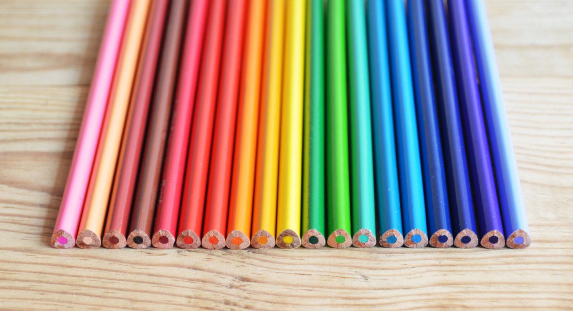 Stifte in Regenbogenfarben.