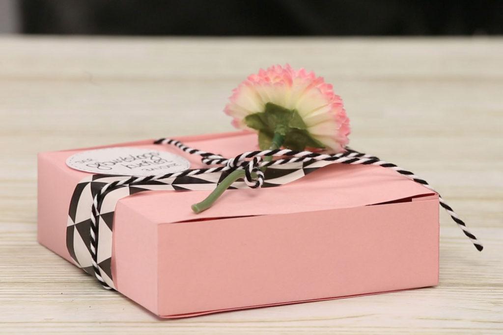 Geschenkbox basteln und mit einem Geburtstagskuchen Bausatz füllen