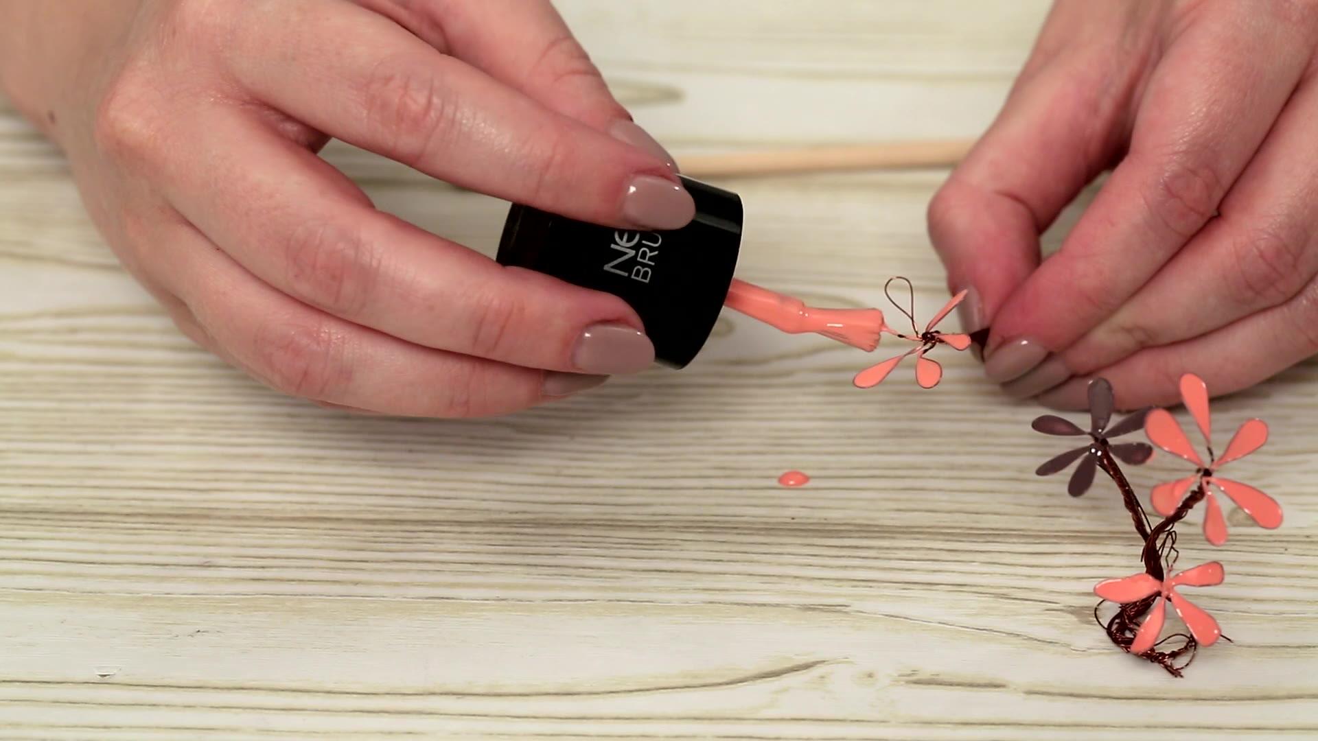 Mit Nagellack Blüten basteln