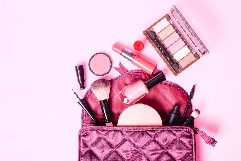 Beauty Utensilien in Kosmetiktasche.