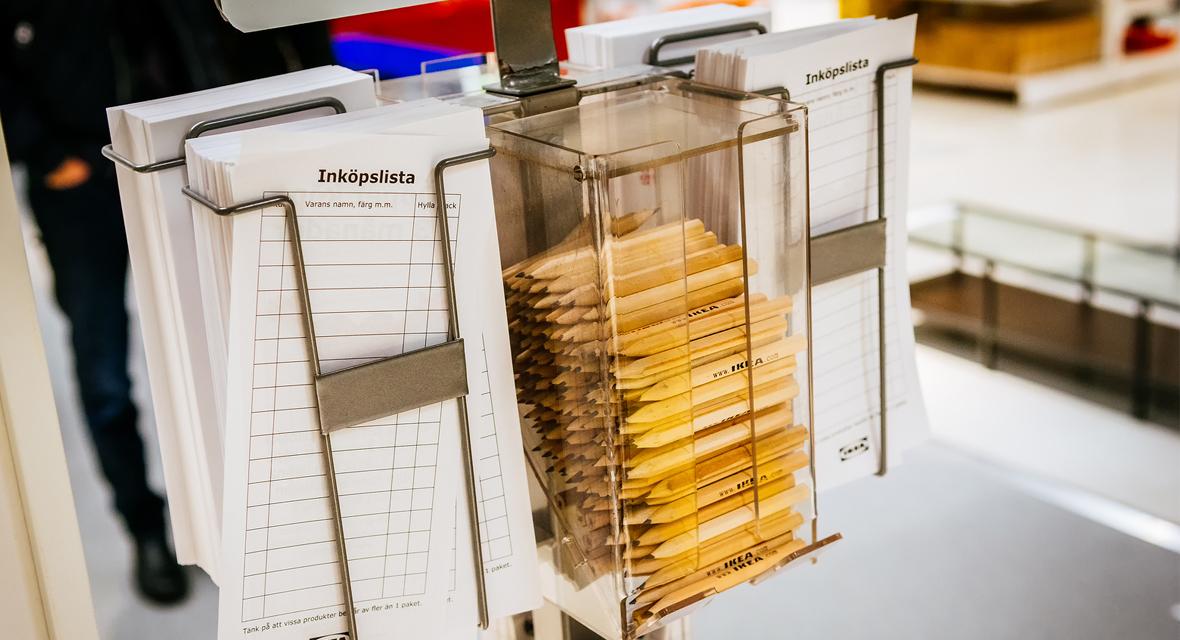 Ikea Bleistifte und Einkaufsliste im Möbelhaus.