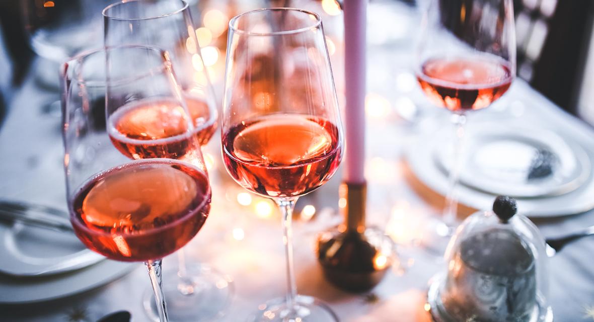 Volle Weingläser auf Tisch.
