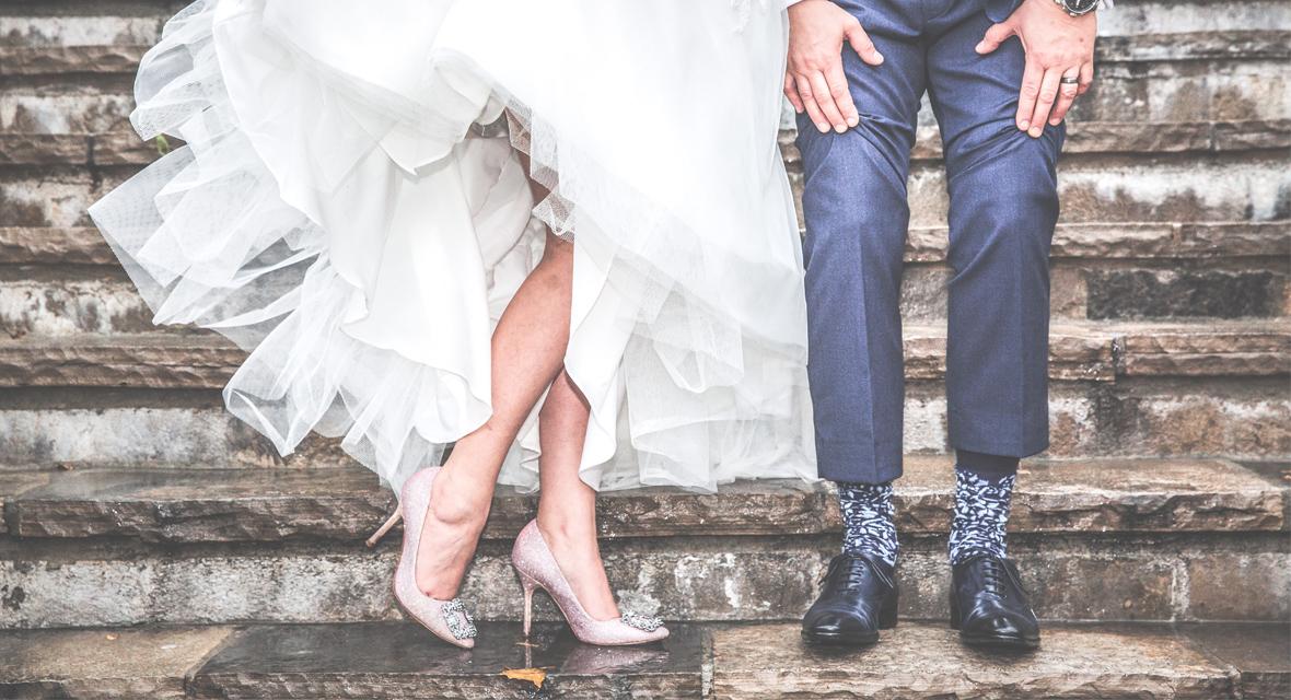 Hochzeitspaar auf Treppe.