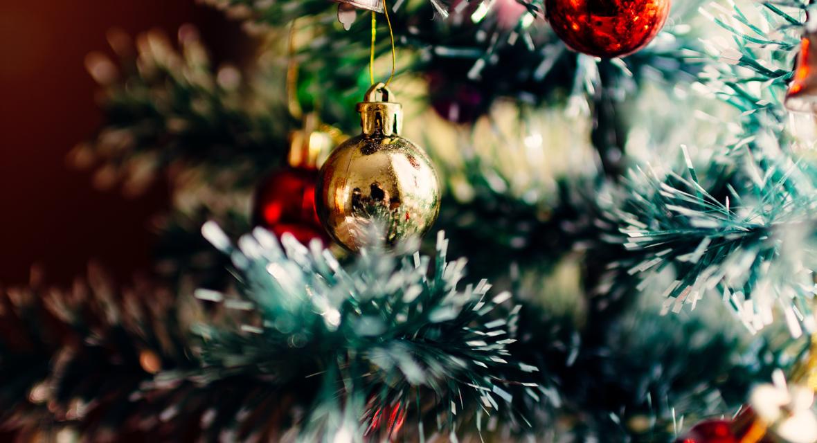 Geschmückter weihnachtsbaum mit roten und goldenen Kugeln.