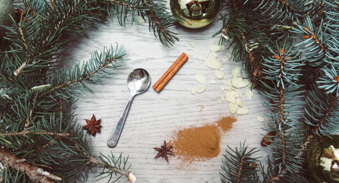 Weihnachtskranz auf Holztisch.