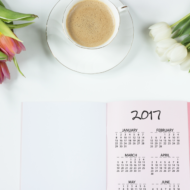 DIY kalender liegt mit Blumen auf dem Tisch
