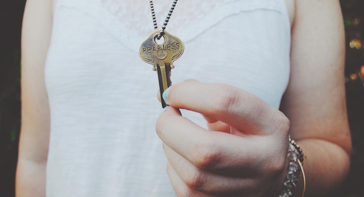 Schlüssel hängt an einer Kette.