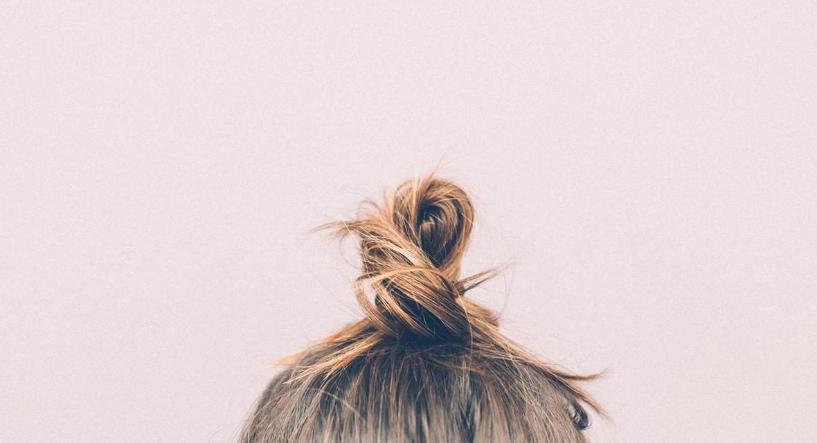 Haare zu einem Dutt zusammengeknotet.