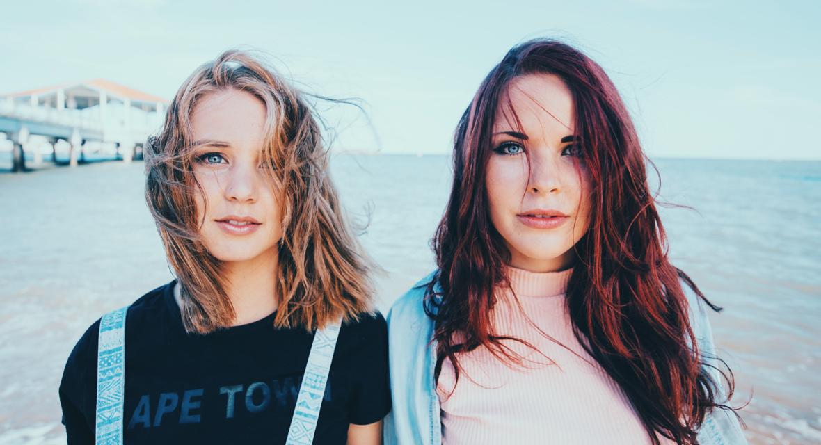 Zwei Mädchen am Strand.