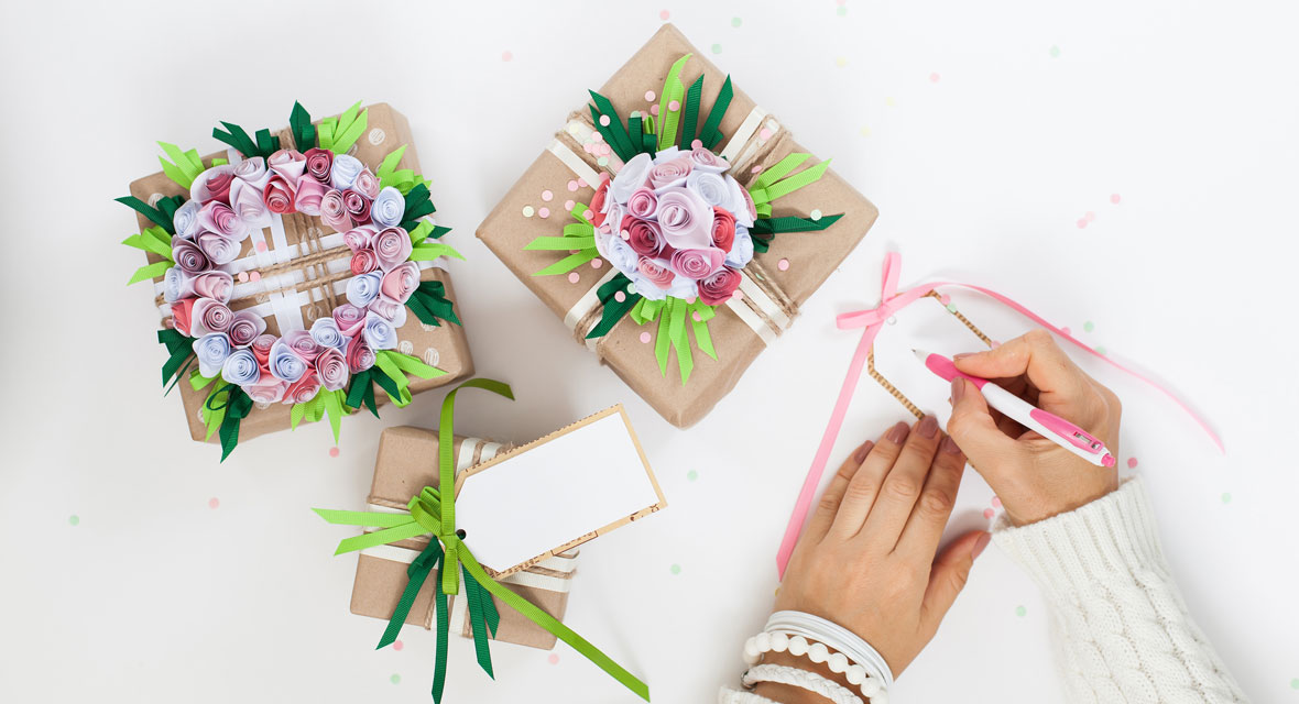 Geschenke einpacken mit Blumen aus Papier