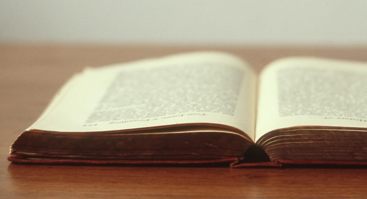 Aufgeschlagenes Buch auf Tisch