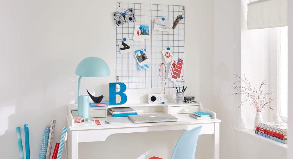 Baugitter über dem Schreibtisch als Wandorganizer