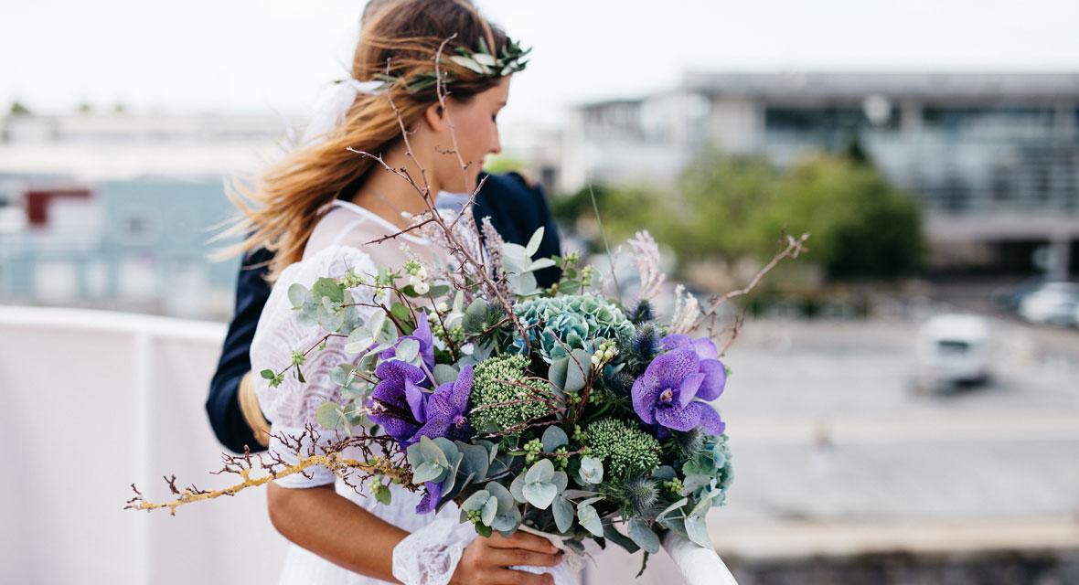 Eine Braut mit einem bunten Strauß Blumen