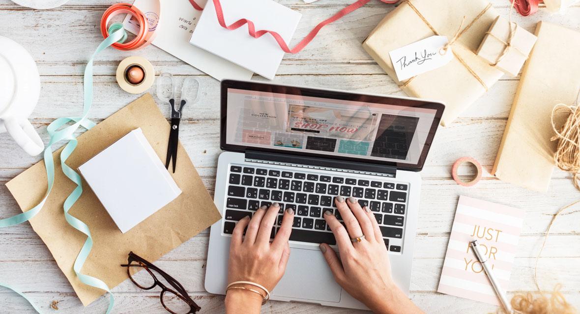 Laptop steht auf einem Tisch mit Bastelmaterial