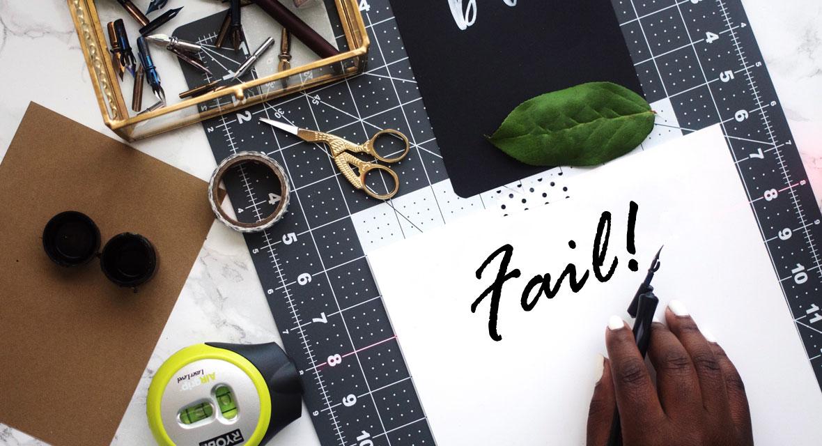 Blatt Papier mit Fail auf einem Tisch mit Bastelmaterialien
