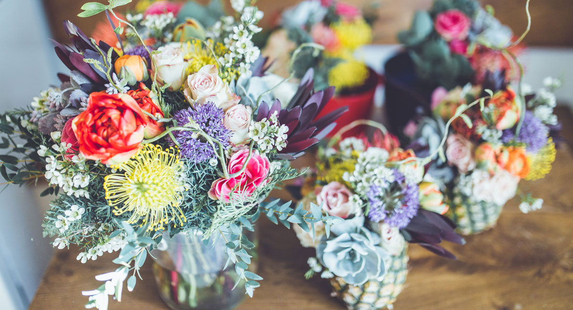 Blumen für die Hochzeit in Ananasvasen