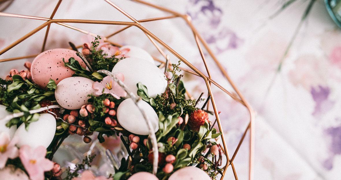 Osterdeko für den Tisch mit Eiern und Blumen