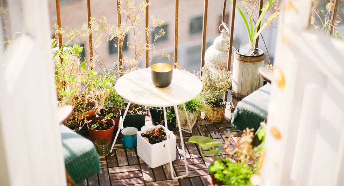Balkon mit einem Tisch und Pflanzen