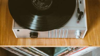 Aus Schallplatten lassen sich ganz einfach Schalen, Deko und Etageren selber machen