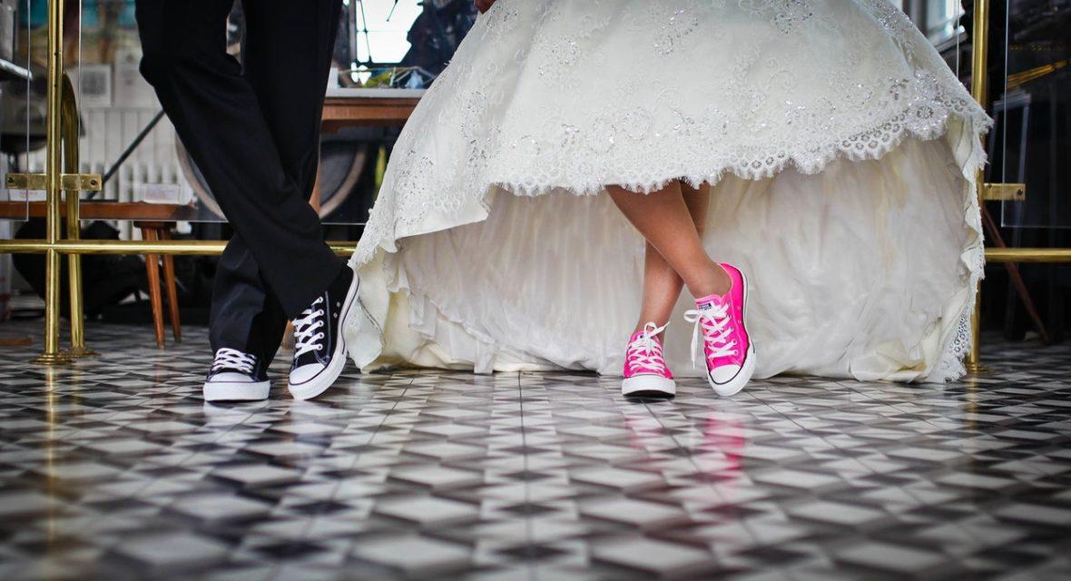 Brautpaar trägt Chucks