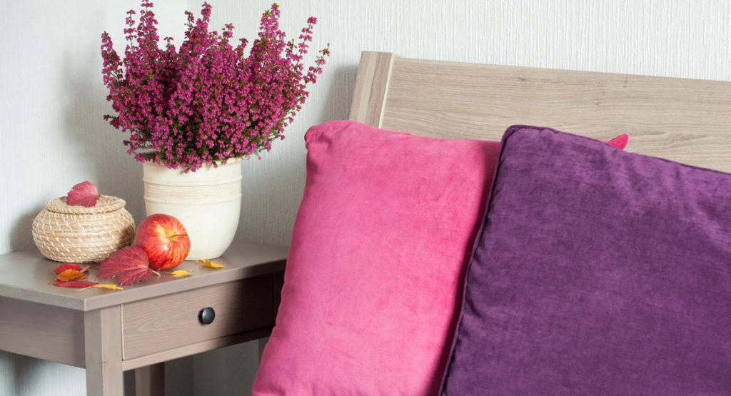 Die Auswahl der Blumen orientiert sich an den Farben der Möbel und Stoffbezüge.