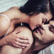 Ein Paar liegt zusammen im Bett