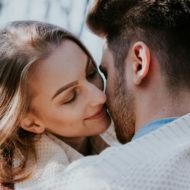 Ein Paar küsst sich richtig