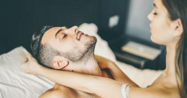 Ein Paar flirtet im Bett.