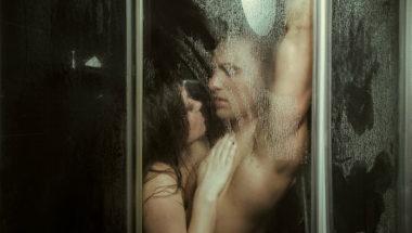 Ein Paar steht unter der Dusche