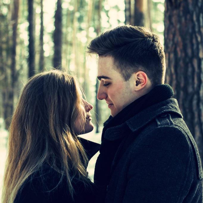 Ein Pärchen schaut sich verliebt an.