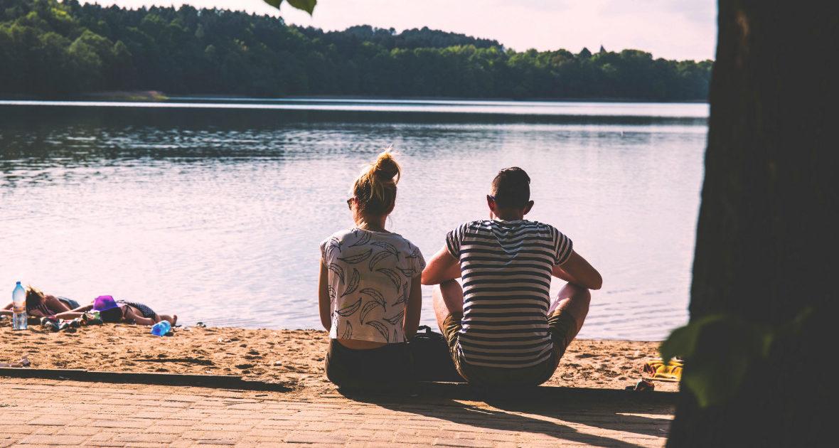 Ein Paar sitzt am Strand