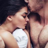 Großer Penis beim Sex: Paar liegt im Bett